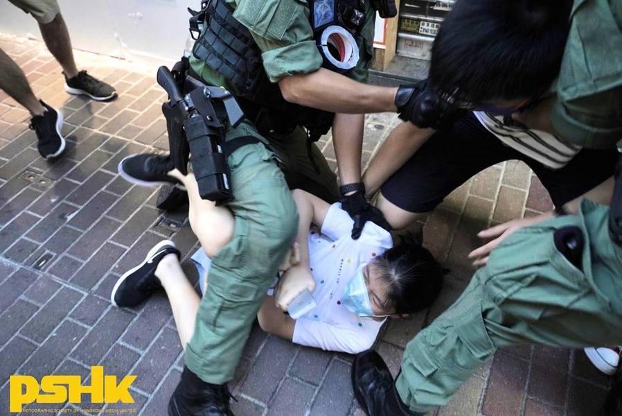 防暴警暴力壓制12歲女童 便衣警拖行市民數米