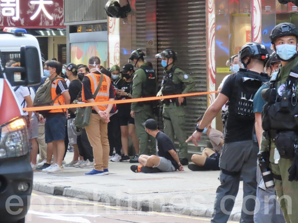 旺角瓊華中心外有多名市民及議員助理被捕。(Pinky / 大紀元)