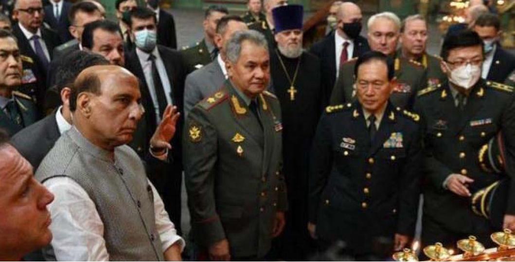 正在莫斯科出席會議的印度國防部長辛格(前排左二)與中共國防部長魏鳳和(前排右二)。(辛格推特)