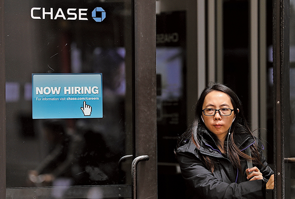 美國勞工部2020年9月4日公佈薪資報告指出,8月份失業率大幅下降到8.4%,圖為大通銀行辦公室外張貼著「現在正在招聘」的標誌。(Justin Sullivan/Getty Images)