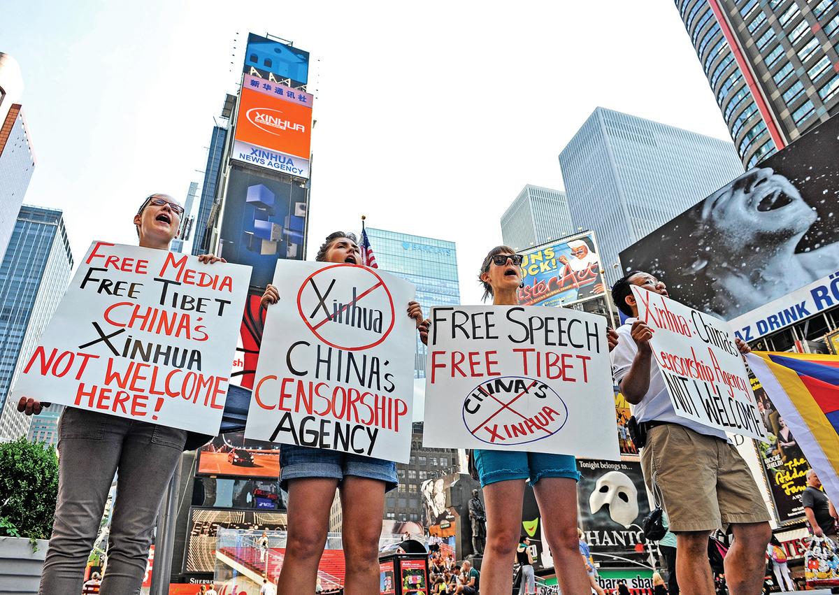 2011年8月,新華社開始在紐約時代廣場打廣告,遭到民眾抗議。(STAN HONDA/AFP via Getty Images)
