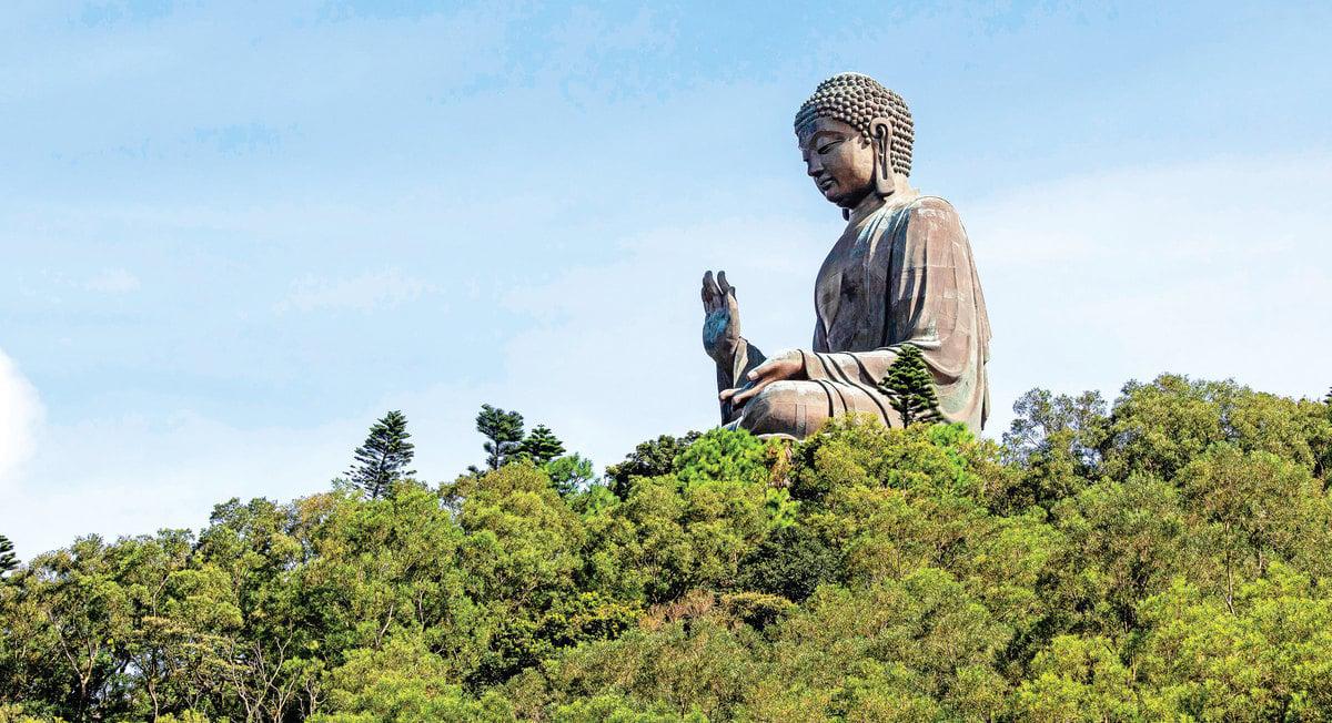 早在釋迦牟尼的佛法傳入中土前,就有佛以「顯神蹟」的方式,在中土展示佛法了。圖為香港大嶼山釋迦牟尼佛的大型青銅雕像(天壇大佛)。(Shutterstock)