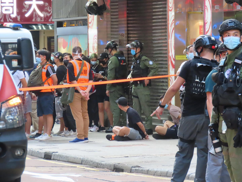 旺角瓊華中心外有多名市民及議員助理被捕。(武可儀/大紀元)