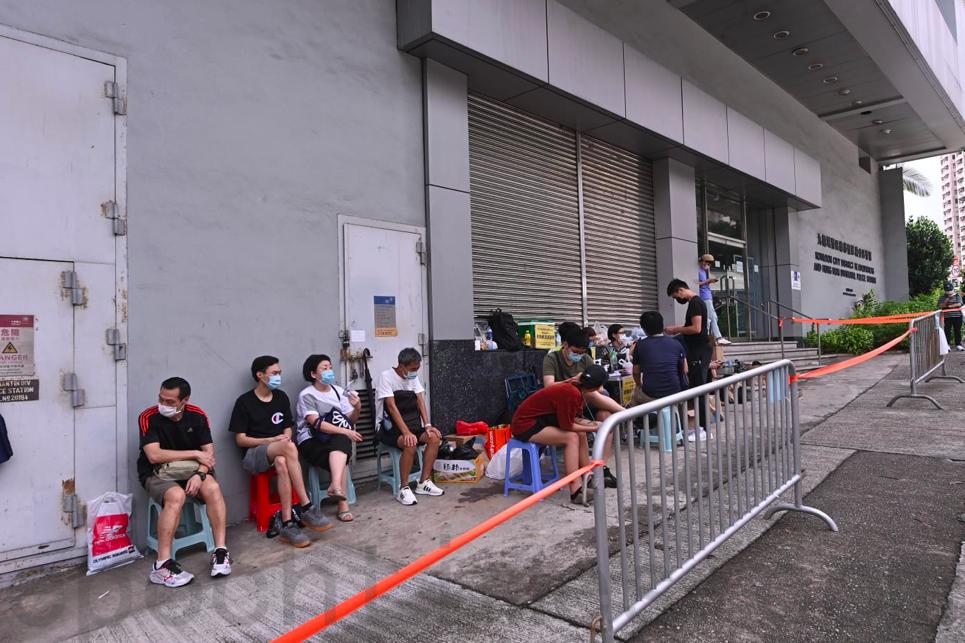 被捕者家屬在紅磡警署外等待,有區議員前來協助。(宋碧龍/大紀元)