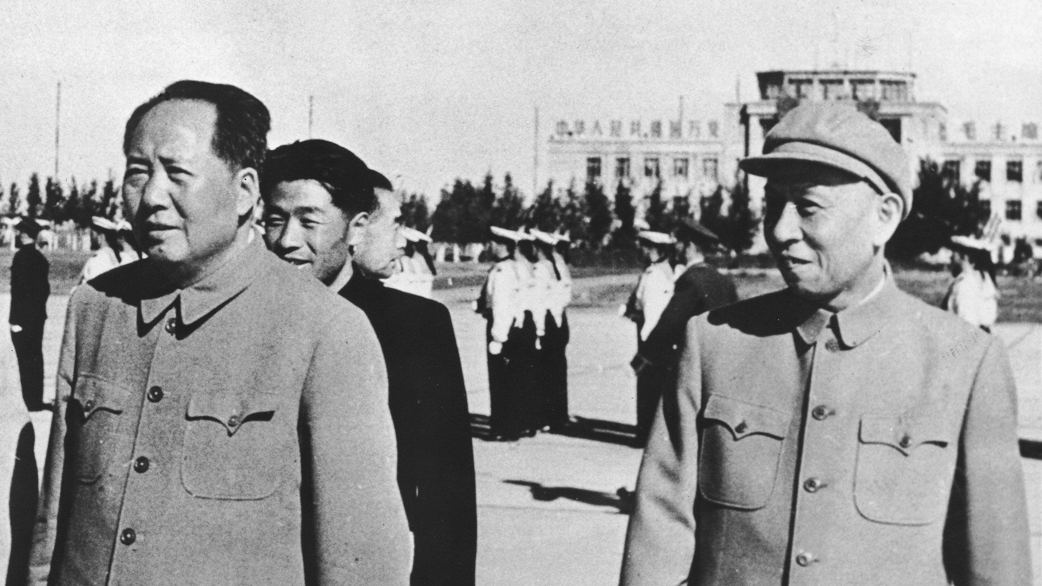 1945年唐納曾在重慶與毛澤東相見,當時毛一臉驚訝的緊握他的手。示意圖(Express Newspapers/Getty Images)