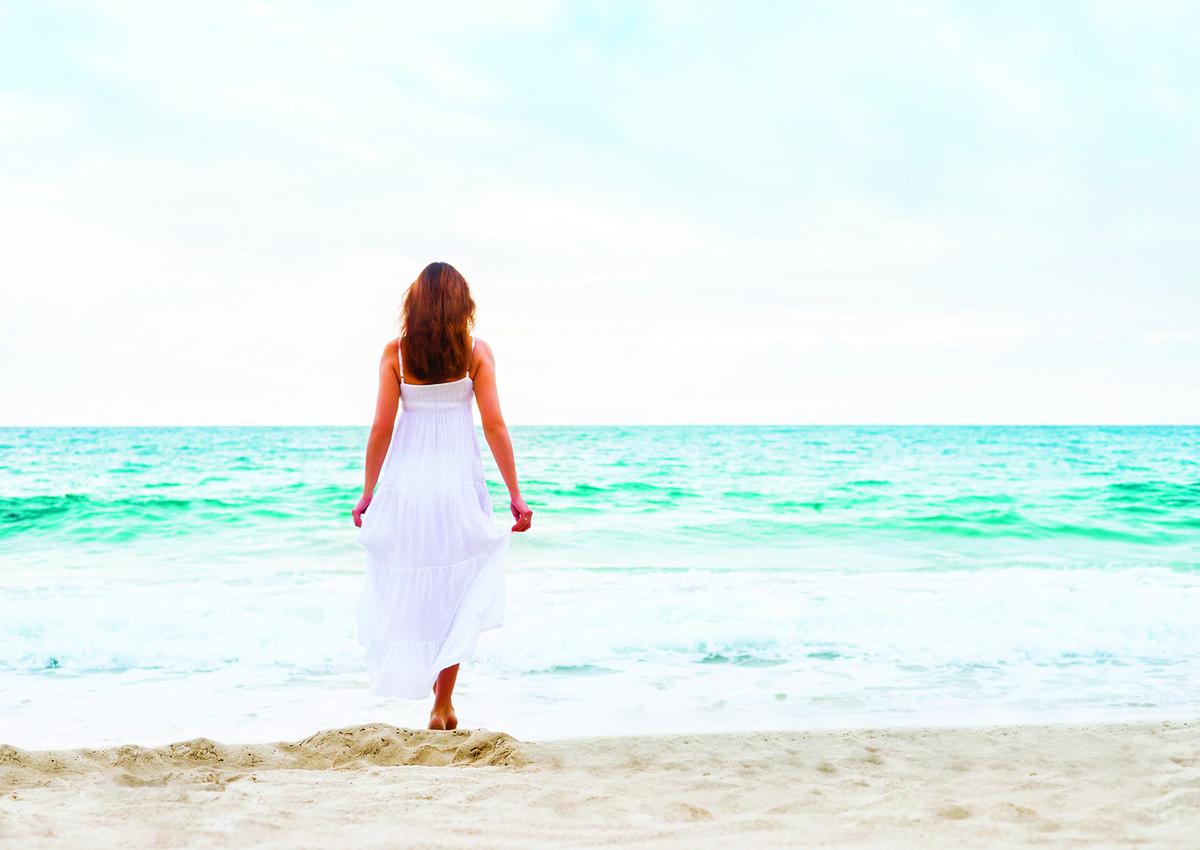 白色有散熱降溫的效果,天氣炎熱時可穿著白色的衣服。