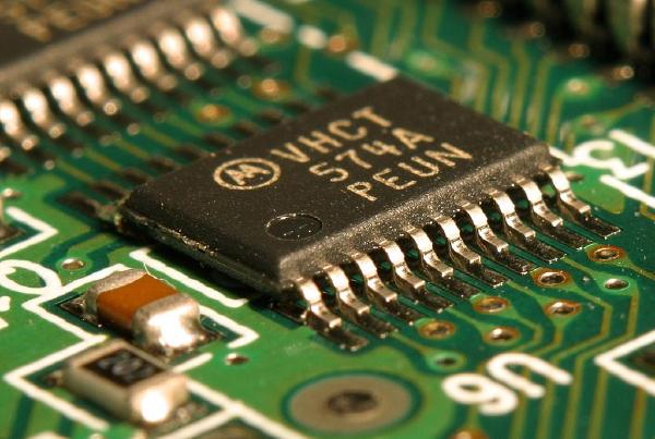 美國國防部官員周五(9月4日)表示,特朗普政府正在考慮是否將中國最大的晶片製造商中芯國際(SMIC)加入貿易黑名單。圖為晶片參照圖。(公有領域)
