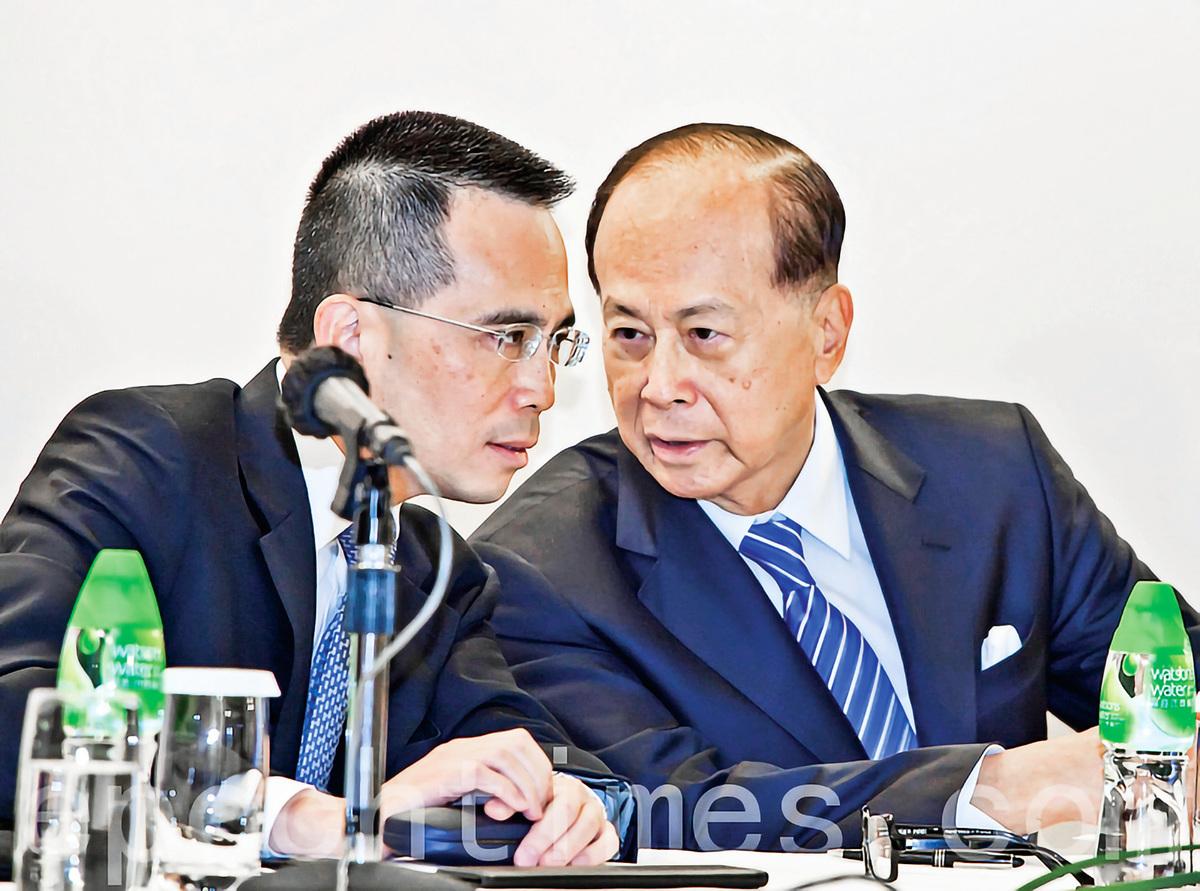 近日,香港富商李嘉誠再拋大陸兩處資產,加速逃離。圖為李嘉誠和長子李澤鉅出席業績會。(攝影:余鋼∕大紀元)