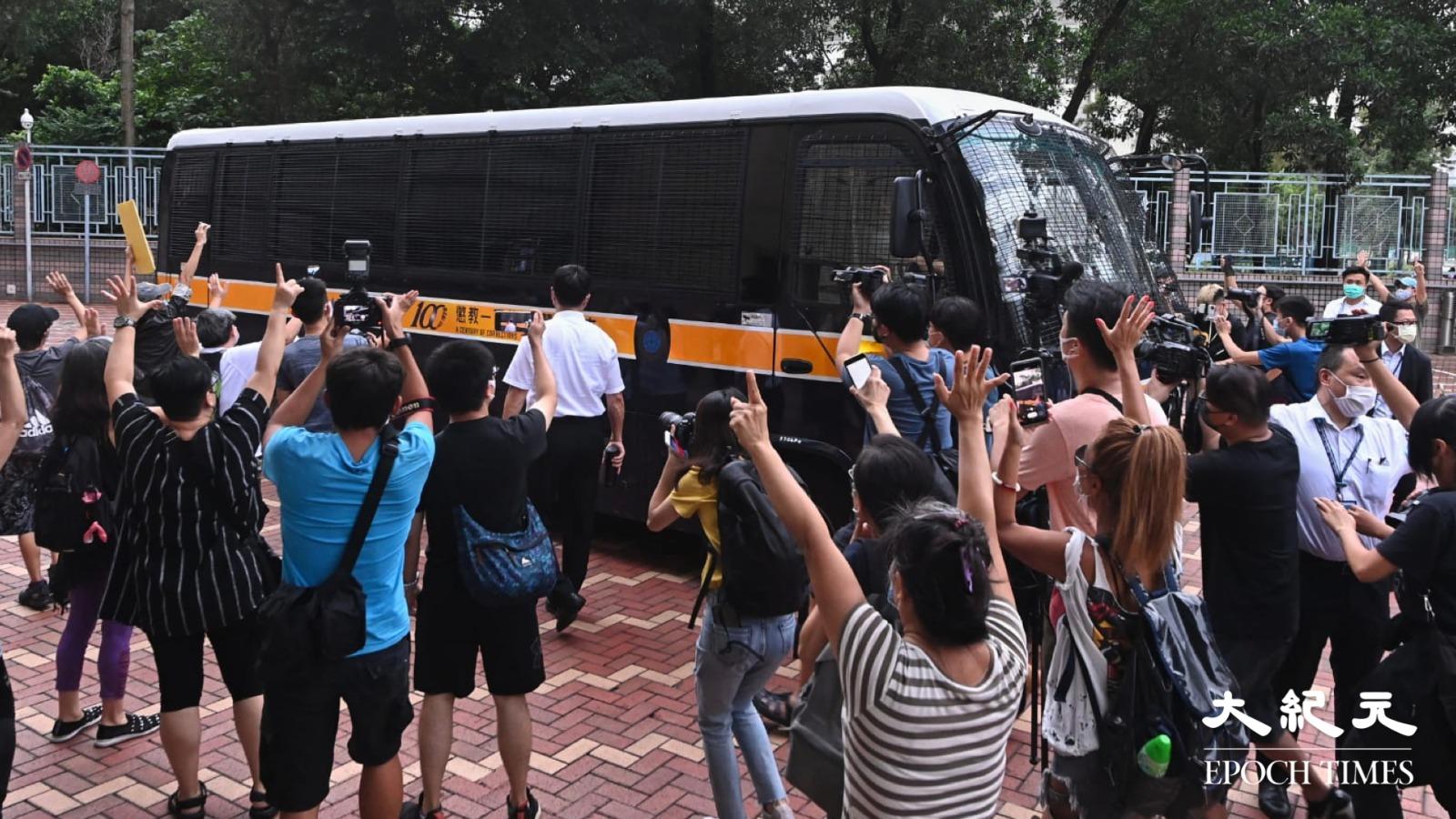 當接載快必的囚車駛離法院時,現場市民紛紛上前聲援。(宋碧龍/大紀元)