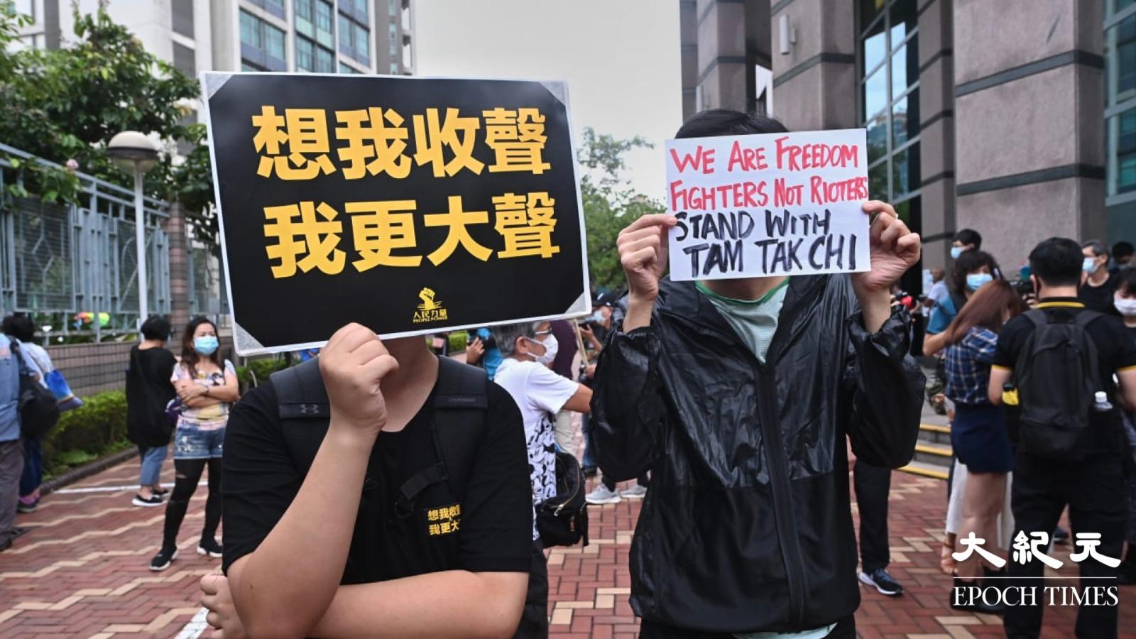 有市民在囚車四周高呼口號並舉起「五一」手勢聲援快必。(宋碧龍/大紀元)