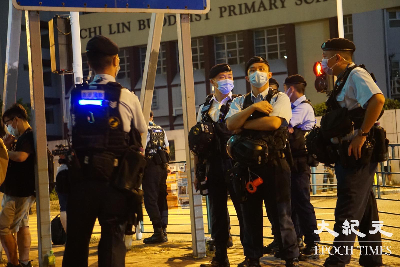 有過百警員於尚德範圍駐守。(鼓佬/大紀元)