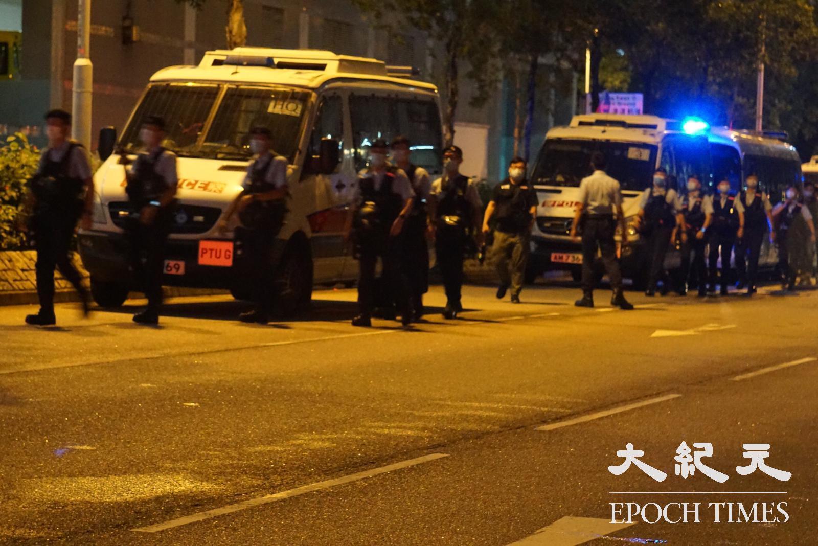 有過百警員於尚德範圍駐守,但無行動阻止市民拜祭悼念。(鼓佬/大紀元)
