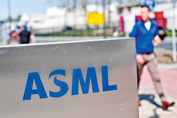 中芯國際的運轉依賴美國的技術和設備。2018年,美國政府成功勸阻荷蘭機械製造商阿斯麥(ASML)公司(圖)把先進光刻機賣給中芯國際。(AFP)