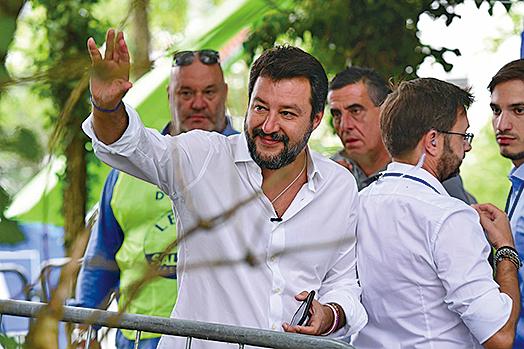圖為意大利前內政部長薩爾維尼(Matteo Salvini)(舉手之人)。(AFP)