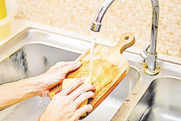 砧板容易滋生細菌,應特別注意清潔。