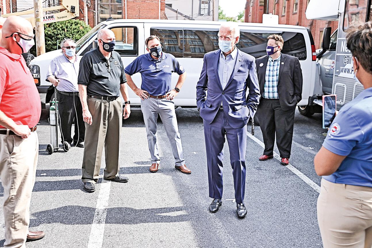 拜登(前排右)7日訪問賓夕凡尼亞州哈里斯堡(Harrisburg)工會。(Getty Images)