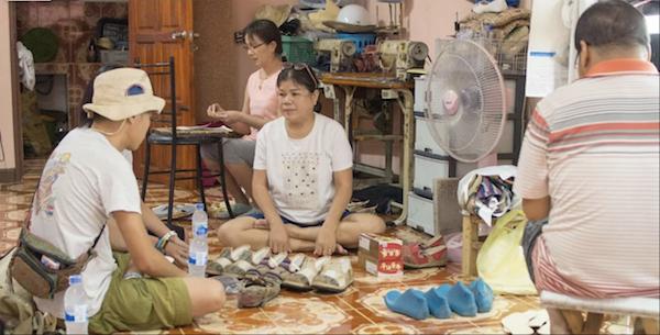 Benny(左一)走訪泰北,與一些小型家庭合作,共同創造出車軚再生鞋。(受訪者提供)