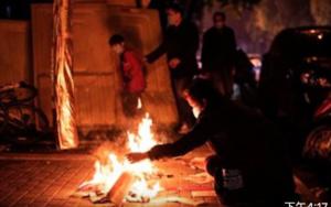 湖北武漢清明排隊領骨灰 「鬼節」遍地燒紙錢