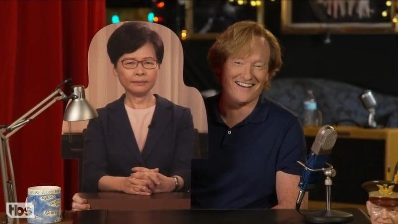 當地時間9月8日, 美國著名節目主持人 Conan O'Brien在晚間清談節目「CONAN on TBS」現場與紙板人像觀眾互動,香港特首林鄭月娥紙板人像出現在觀眾席中, 主持人戲稱其表情「像要判人死刑」。圖為美國TBS頻道「CONAN on TBS」節目主持人Conan O'Brien和林鄭紙板人像(網上截圖)。