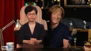 林鄭紙板現身美國節目 主持戲稱「像要判人死刑」
