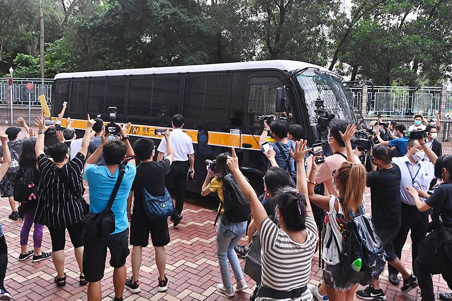 █ 9月8日,一批市民在載有譚得志的囚車前舉起「五一」(五大訴求 缺一 不可)手勢。( 宋碧龍/大紀元)