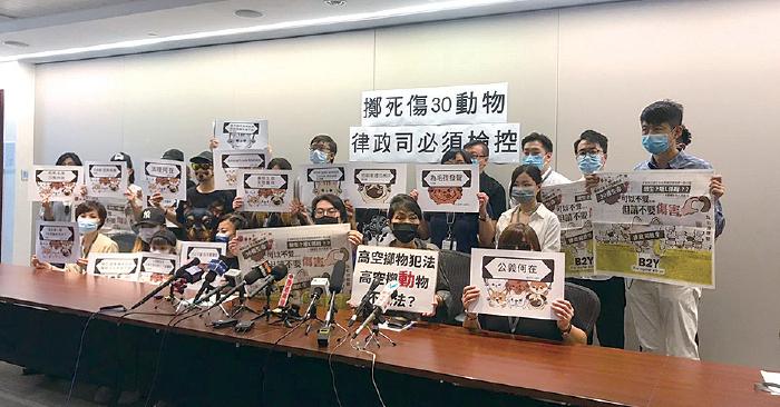 立法會議員毛孟靜昨日與一批寵物主人開會,要求律政司重新考慮檢控深井豪景花園虐殺動物的疑犯。(張旭顏/大紀元)