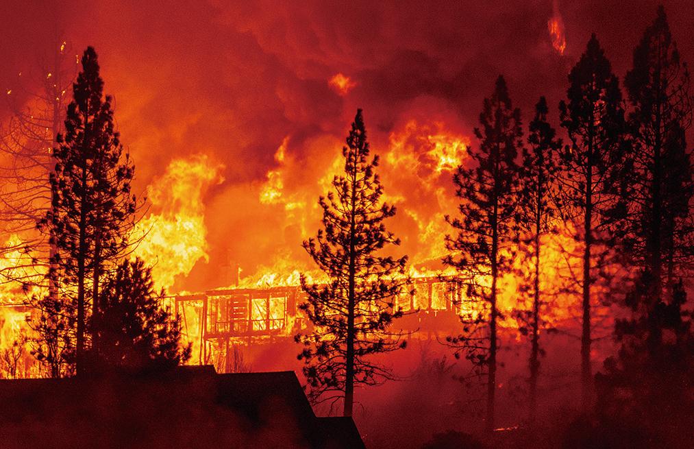 2020年9月8日,發生於加利福尼亞州弗雷斯諾縣(Fresno County)托爾豪斯(Tollhouse)的「克里克大火」(Creek Fire)將一棟房屋吞噬。(JOSH EDELSON/ Getty Images)
