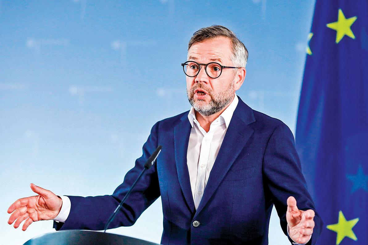 8月30日,德國外交部次長羅思(Michael Roth)投書媒體,呼籲歐盟團結一致對抗中共,捍衛歐盟的價值觀和利益。(MARKUS SCHREIBER/POOL/AFP via Getty Images)
