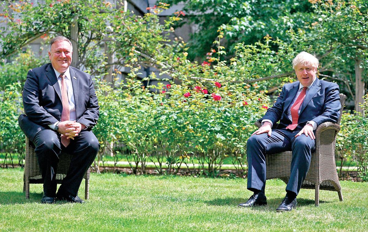 美國國務卿蓬佩奧7月20日飛往倫敦會晤英國首相約翰遜,呼籲建立國際聯盟對抗中共威脅。圖為7月21日約翰遜與蓬佩奧在唐寧街10號的花園裏會面。(HANNAH MCKAY/POOL/AFP via Getty Images)