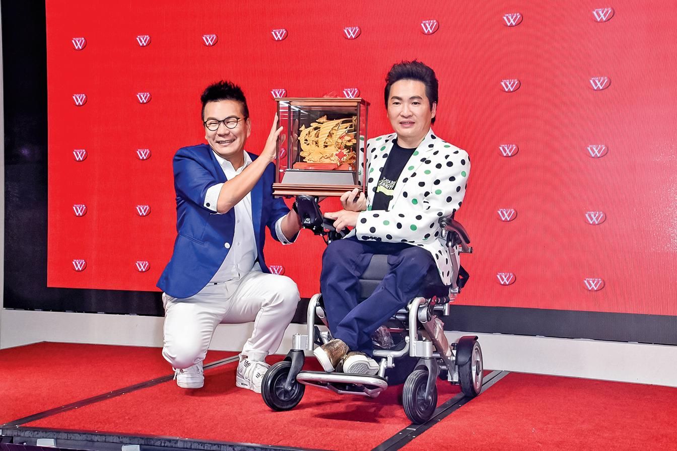 沈玉琳(左)前來站台,祝賀蔡義德(右)發片。(黃宗茂/大紀元)