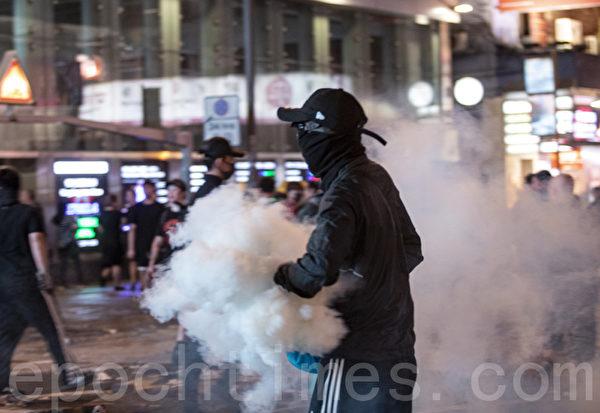 """2019年11月11日,香港民间发起全港三罢的""""黎明行动""""。入夜后旺角也有抗议活动,警察发射催泪弹清场。(余钢/大纪元)"""