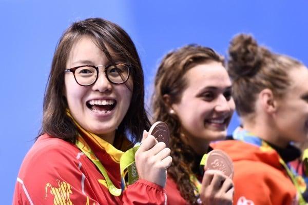 8月9日,中國女泳手傅園慧在里約奧運女子100米仰泳決賽中比亞軍慢0.01秒獲得並列第三名。(CHRISTOPHE SIMON/AFP/Getty Images)