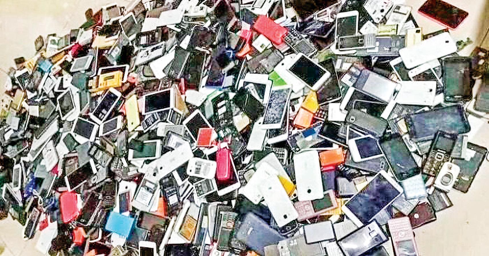 武漢肺炎期間,醫院裏出現大量失去主人的手機、殯葬館扔滿地手機、大陸三大移動通訊商也暴減了兩千多萬手機卡用戶。也許機主早已化為灰燼。(網絡圖片)