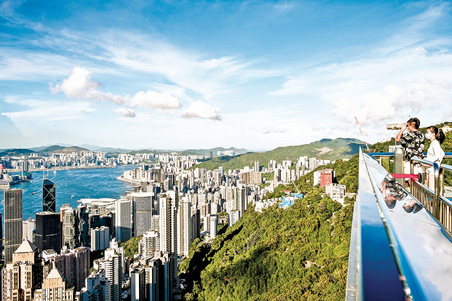 中共長年利用香港搞「白蟻政策」,逐漸蛀蝕香港和西方社會,進而拿下全世界。圖為遊客從太平山頂觀景台俯瞰香港。(Getty Images)