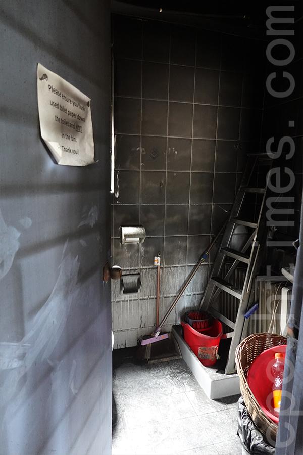 火災後的洗手間。(曾蓮/大紀元)