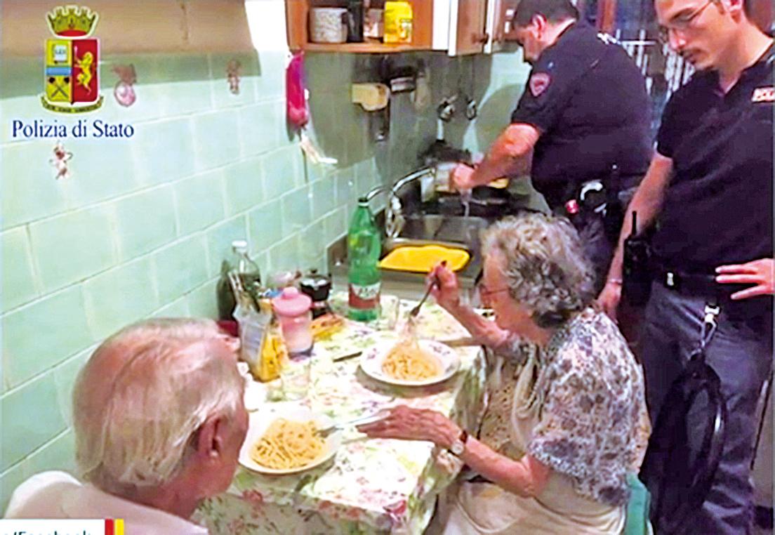 警官們在臉書寫道,他們進到公寓才意識到沒人犯罪,但任務更艱鉅:給需要幫助和溫暖的老夫婦以安慰。(臉書截圖)