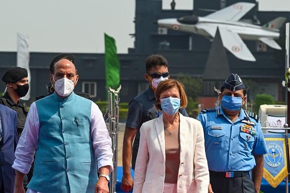 2020年9月10日,印度防長Rajnath Singh(左)和法國防長Florence Parly(右二)抵達印度Ambala空軍基地,準備參加法國Rafale jets戰機入職印度空軍的官方儀式。  (PRAKASH SINGH/AFP via Getty Images)