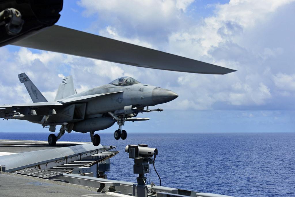 自9月9日以來,中共於南中國海持續軍演,以進攻東沙島為假想敵。傳台軍緊急出動F16戰機嚴厲警告,美軍更作出罕見動作。戰事或一觸即發。(U.S. Navy photo by Mass Communication Specialist 3rd Class Jason Tarleton)