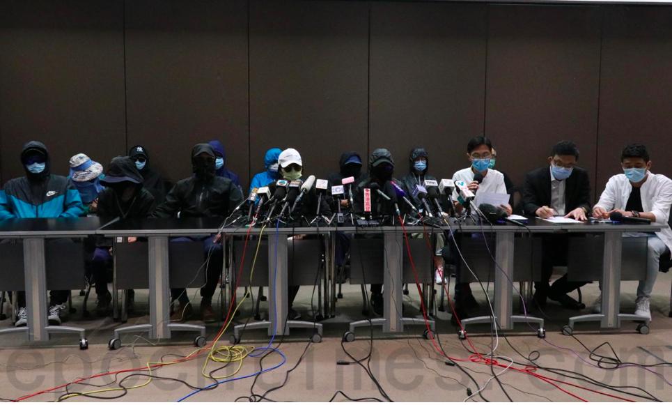 12名香港青年上月底於香港東南方水域遭廣東省海警截獲拘捕,遭拘留於深圳市鹽田看守所至今已21天仍然音訊全無。部份被拘留者家屬12日召開記者會,提出「四大訴求」。(杜夫/大紀元)