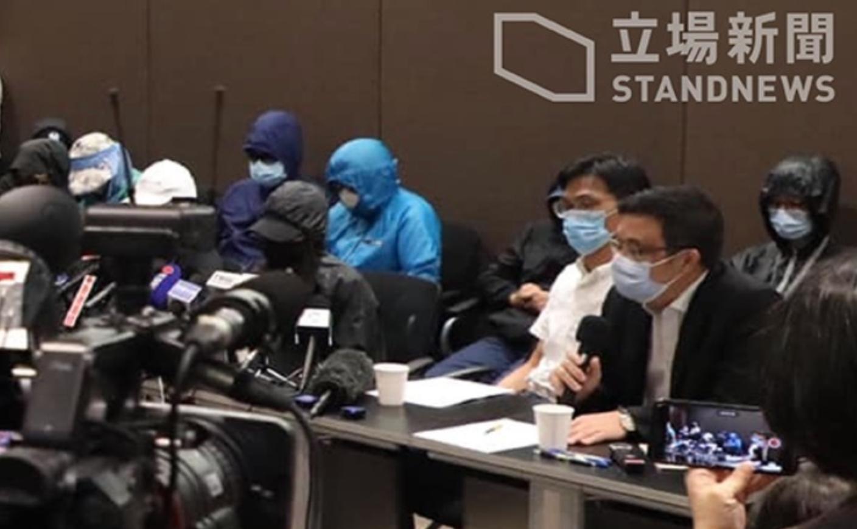 上月23日被大陸海警抓捕12港人的部分家屬招開記者會的翌日,深圳市公安局鹽田分局發消息稱該12港人遭刑事拘留。(立場新聞)