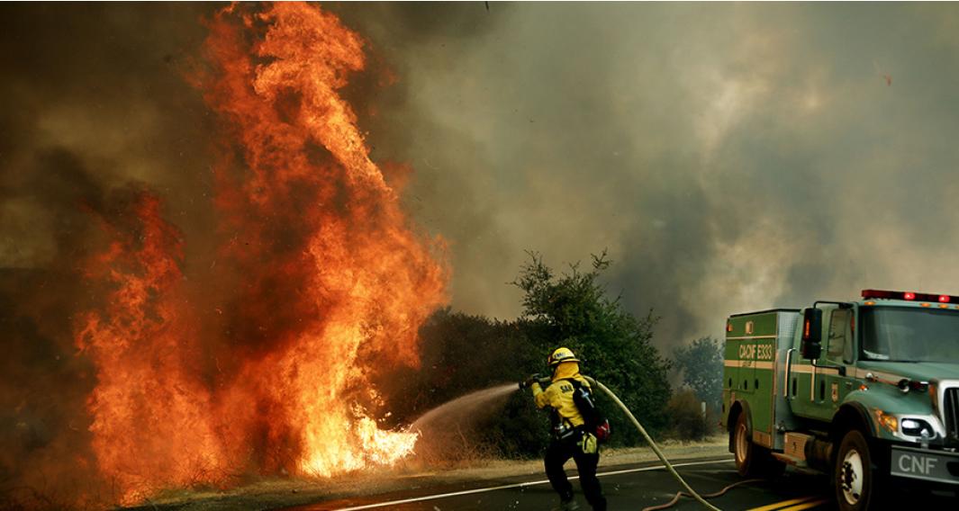2020年9月6日,美國加州賈穆爾(Jamul),聖米格爾郡消防隊員正在滅火。(AFP)