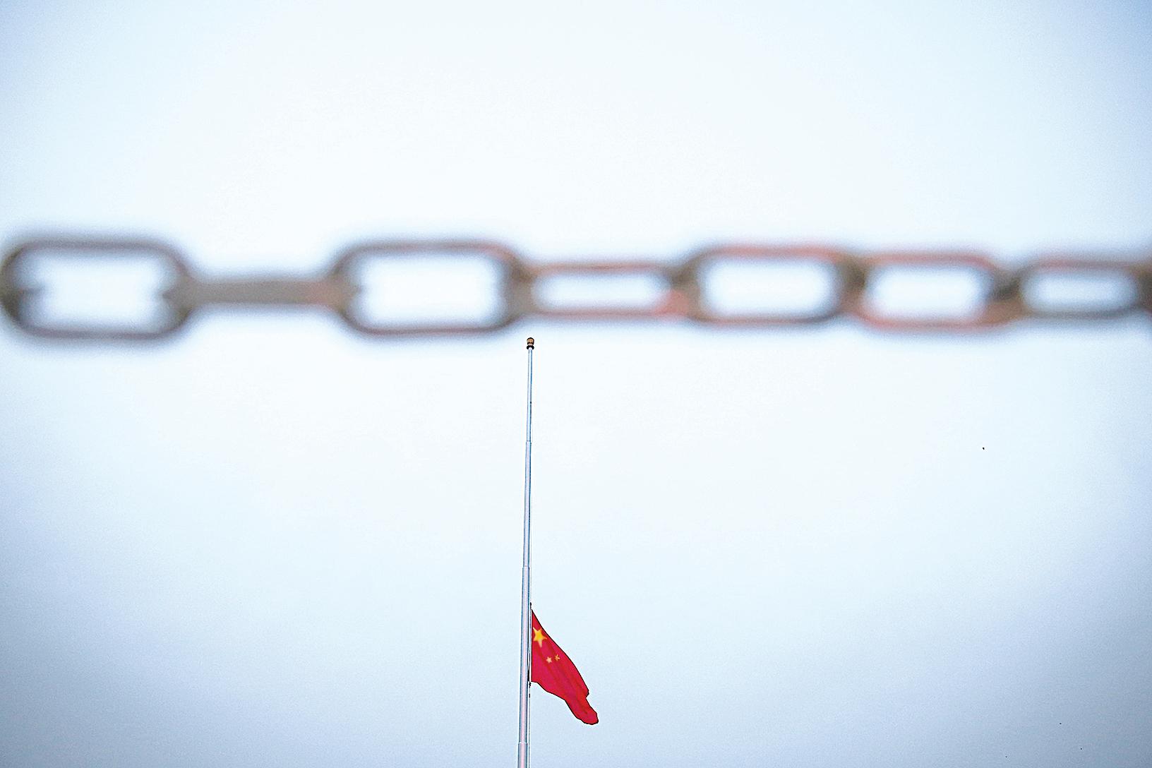 面對內外交困的中共政權,最後的徒勞掙扎只會被鎖鏈捆得更緊,加速其滅亡的過程。(Feng Li/Getty Images)