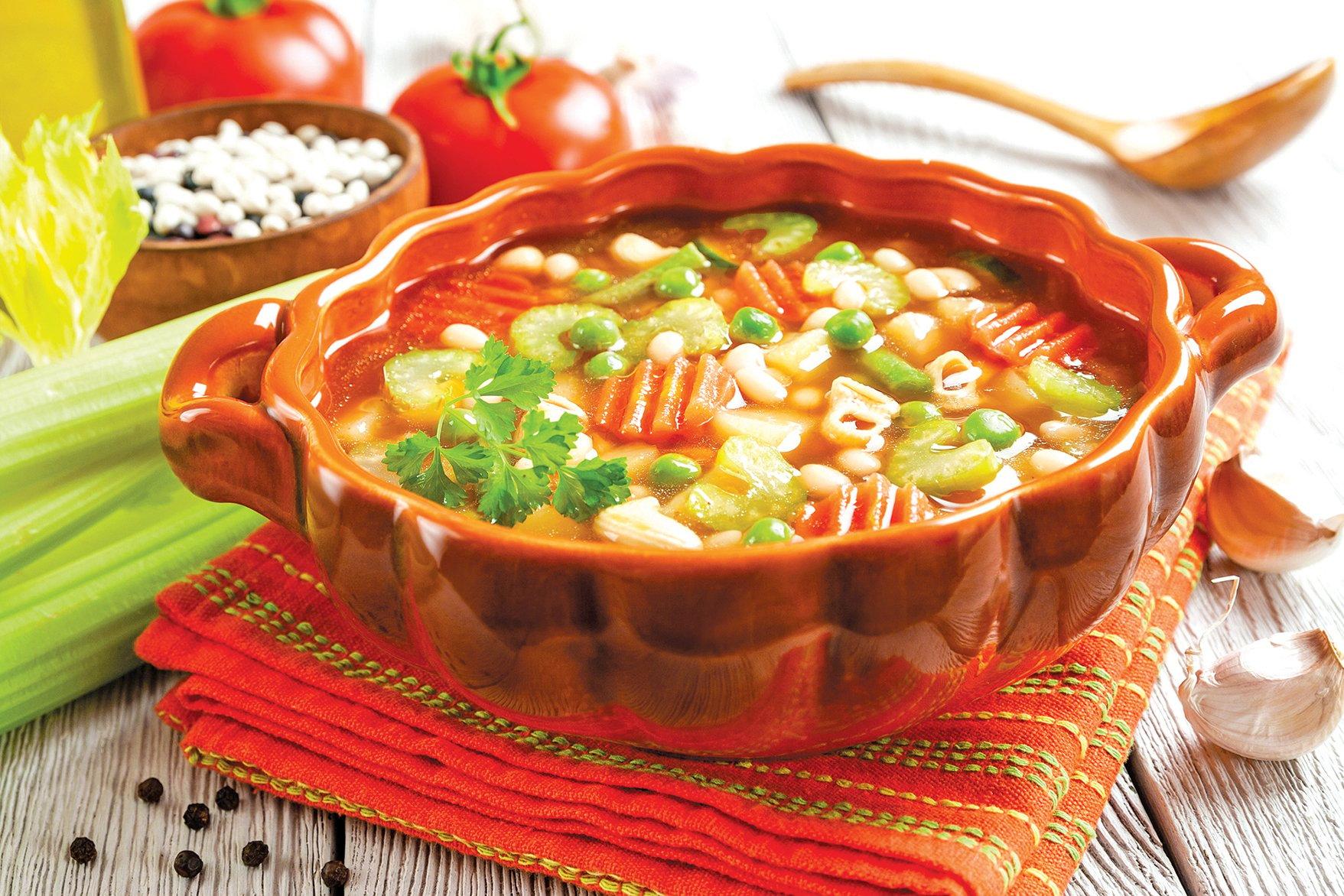 在雞湯中加入冷凍蔬菜和通心麵煮,就是簡單美味的一餐。