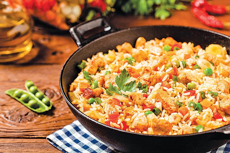 用冷凍紅蘿蔔和豌豆做出美味的雞肉炒飯。
