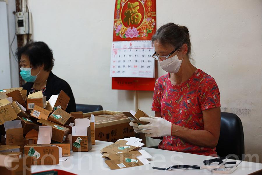 在花旗蔘茶工廠的幾乎每一個員工都是從開張做到現在,不離不棄。(陳仲明/大紀元)