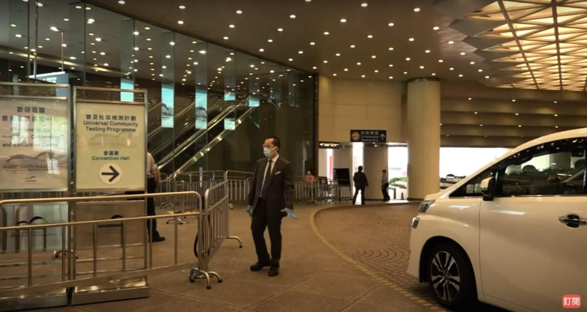 今日(9月14日)為香港政府實施全民檢測「普及社區檢測計劃」的最後一日,在部份檢測中心,有市民因擔心受到感染,一兩周內進行了第二次檢測。圖為灣仔博覽道1號會展會議廳檢測中心。(影片截圖)
