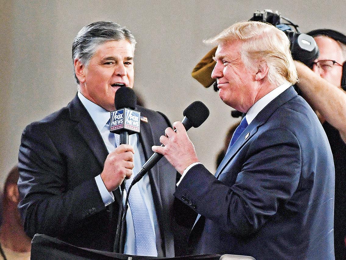 霍士新聞頻道和廣播脫口秀節目主持人肖恩‧漢尼提(左)在拉斯維加斯會議中心採訪美國總統特朗普。(Getty Images)