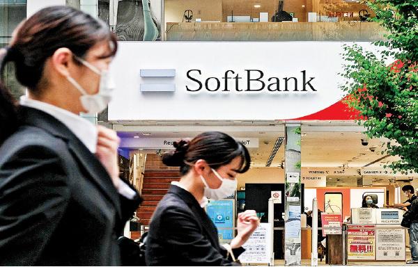 東京的一家軟銀移動通訊設備銷售店。(AFP)