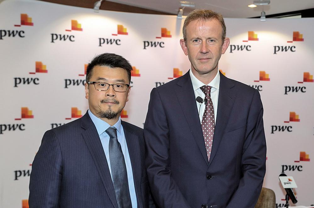 左起羅兵咸永道中國大陸及香港企業融資部主管合夥人黃耀和與中國大陸及香港企業併購服務主管合夥人鮑德暐。(余鋼/大紀元)