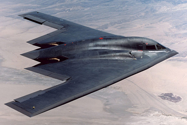 美國海軍航母與上百戰機正舉行「勇敢之盾」大型軍演。近期,美國空軍B-2隱形轟炸機在加強訓練對抗中共,其低可見性或隱身性,對防禦嚴密的敵方目標造成威懾。圖為B-2轟炸機。(U.S. Air Force/Getty Images)